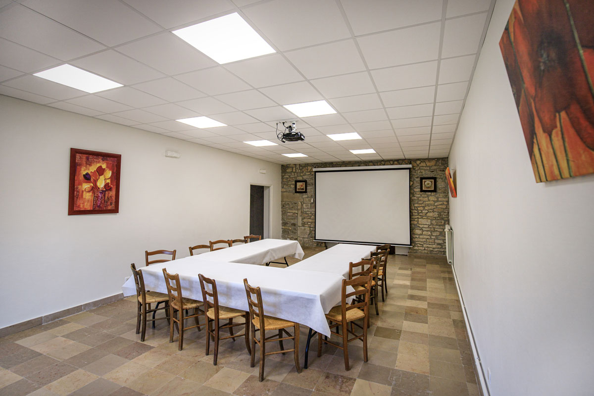 Salle de réunion avec vidéoprojecteur