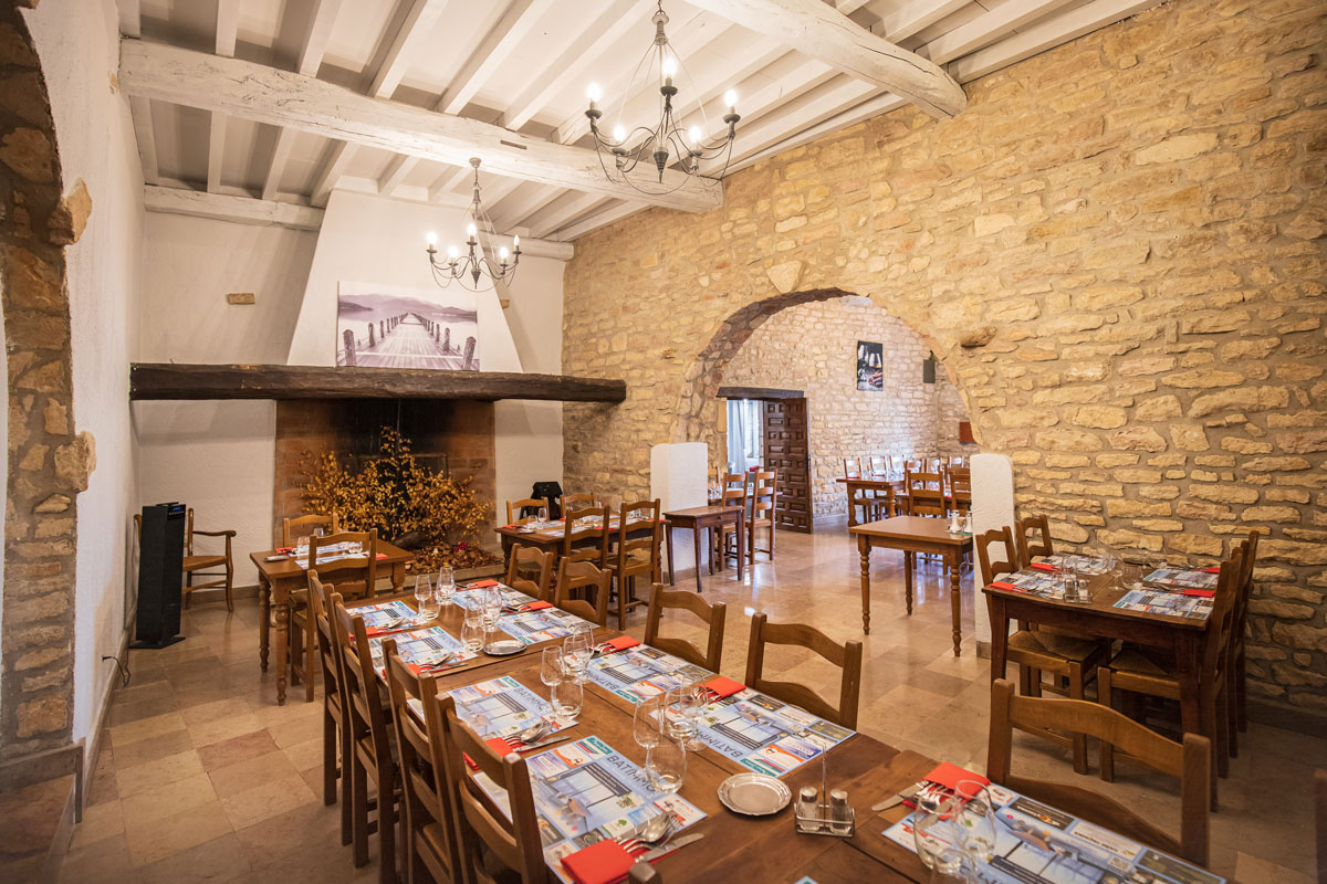 Salle du restaurant L'Auberge Saint-Oyen avec cheminée